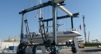 The solidarity yacht from Pelayo Life Challenge, made its prepatarion works at Varadero Valencia