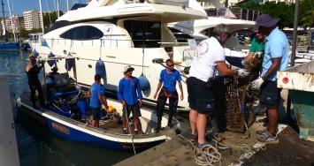 Marina Port de Mallorca limpia su fondo marino para colaborar con el medio ambiente